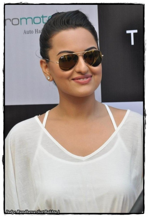 Sonakshi Looking Sweet