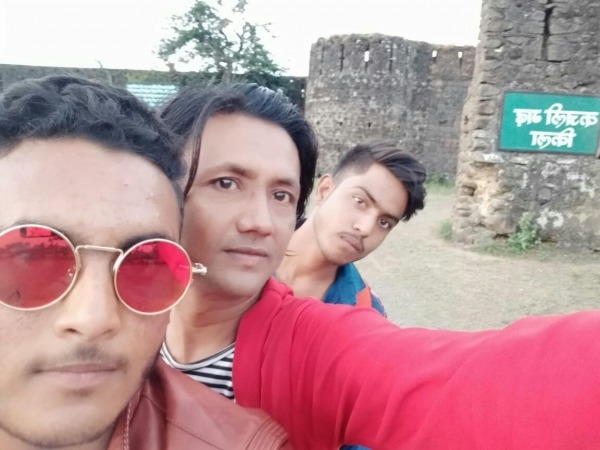Javed Shah Khajrana Taking Selfie With His Friends