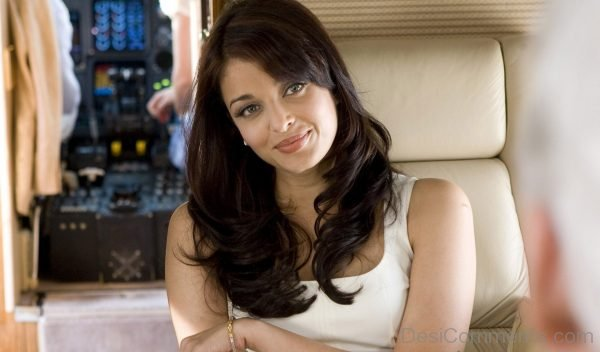 Aishwarya Rai Sweet Smile - Wallpapers | DesiComments.com