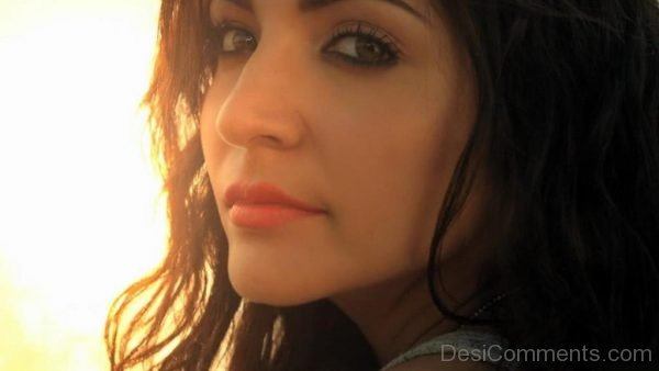 Anushka Sharma Face Close Up Image-DC09