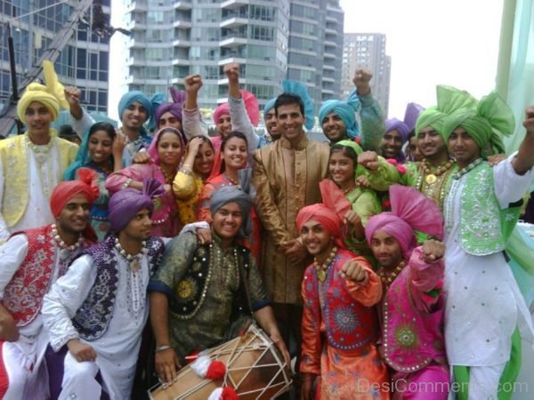 Akshay Kumar With Bhangra Team-DC58