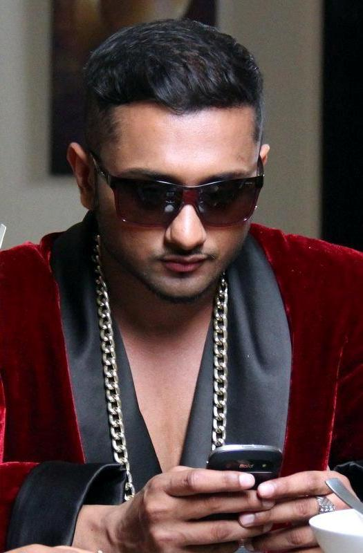 Honey Singh With Cell Phone - Honey-Singh-With-Cell-Phone