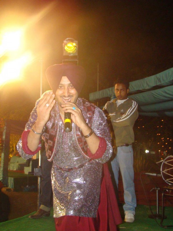 Inderjit Nikku During A Stage Show