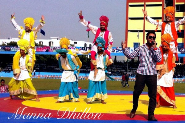 Manna Dhillon Performing On Stage With Bhangra Group