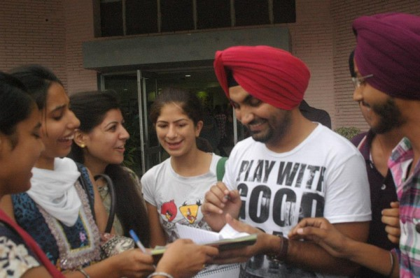 Ravinder Grewal Is Giving An Autograph